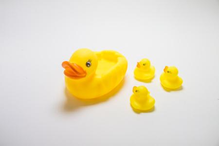 pato de hule: Madre amarillo y el bebé patos pato de goma en el fondo blanco