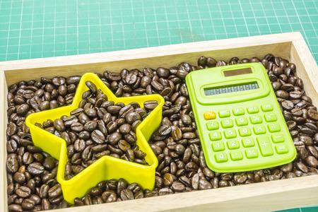 registros contables: nacido para ser el concepto star.Business. Calculadora en los granos de caf� de fondo