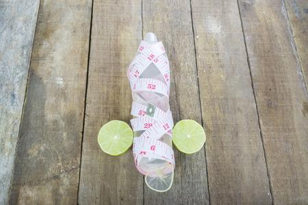 避妊の概念の木製の背景に性器、コンドームを測定します。テキストのためのスペース