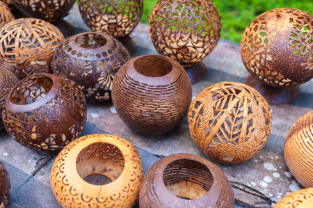 Kokosnussschale Schnitzen, Kunsthandwerk der Ureinwohner in Bali, Indonesien.
