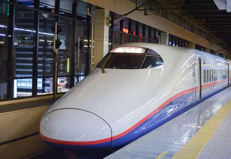 treno espresso: Moderno treno velocità alta in Giappone, isole principali del Giappone, sono serviti da una rete di linee ferroviarie ad alta velocità che collegano Tokyo con la maggior parte delle grandi città. Archivio Fotografico