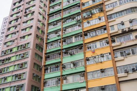 Blokken in Hongkong. Een van de meest drukke Volkshuisvesting, Hong Kong oude gebouw, oud flatgebouw in Hong Kong, selectieve aandacht