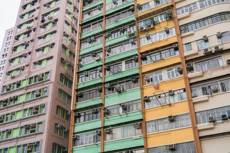 Bloques en Hong Kong. Una de las viviendas más apretada, Hong Kong edificio antiguo, viejo edificio de apartamentos en Hong Kong, el enfoque selectivo