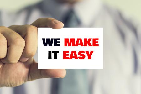 Unternehmer zeigen Visitenkarte mit WE IT EASY Nachricht auf der Karte durch einen Mann, Vintage-Ton gezeigt machen.