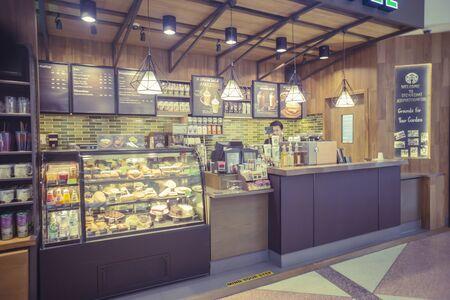 Chiangmai, Thailand, 9 okt. 2015: Starbucks binnen een Chiangmai internationale luchthaven, Chiangmai, Thailand, 9 oct., 2015. Er zijn hier meer en meer mensen die van koffie, uitstekende kleur genieten. Redactioneel