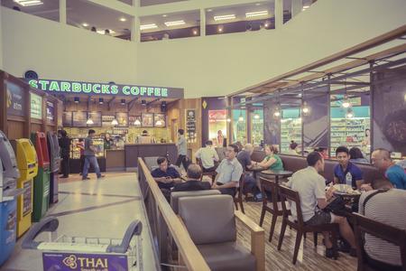 tiendas de comida: cafetería desenfoque de fondo con la imagen del bokeh, en effectCustomers vendimia disfrutar de un café y deliciosa comida.