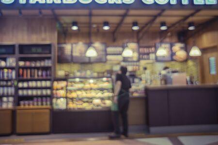 Coffee shop flou fond avec l'image de bokeh, en effet vintageCustomers apprécient le café et la nourriture délicieuse. Banque d'images - 51382150