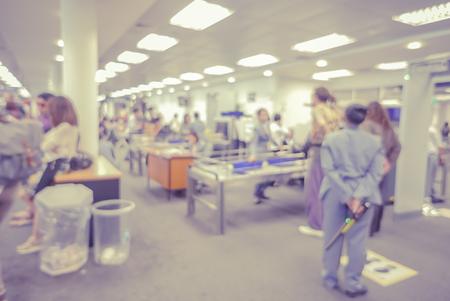 Arrière-plan flou de sécurité Checkpoint - Corps et Scan Machine bagages, Aéroport de corps de sécurité Check In, couleur cru Banque d'images - 51381984