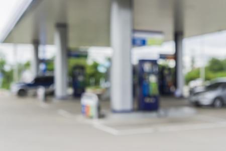 集中給油所、ガソリン スタンドとコンビニエンス ストアからのガソリン スタンドの背景をぼかした写真