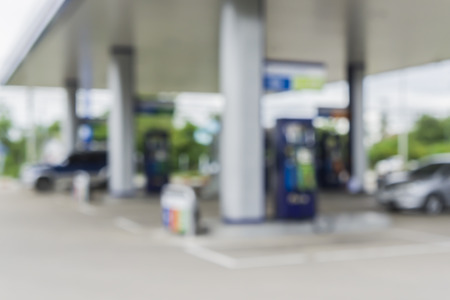 surtidor de gasolina: fondo borroso de la estación de servicio, fuera de la estación de gas de enfoque, la gasolinera y tienda de conveniencia