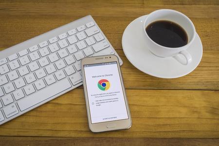 cromo: Chiang Mai, Tailandia Ene 1, 2016: Una aplicaci�n de Google cromo abrir el dispositivo smartphone, google aplicaci�n abierta en el tel�fono m�vil, Bienvenido a Google Chrome.