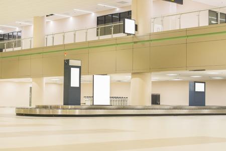De internationale luchthaven bagageafhandeling, koffers op carrousel op de lokale terminal, transportband in de luchthaven, lege bagageband in de luchthaven met granieten vloer bagageband, transporter riem Stockfoto - 56083996