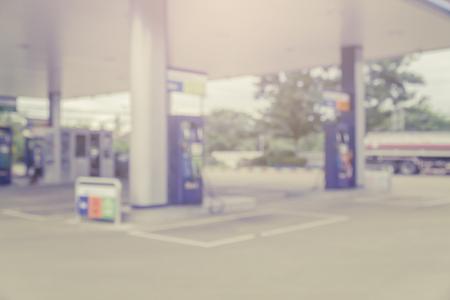 Sfondo sfocato di stazione di servizio, di stazione di servizio messa a fuoco, distributore di benzina e Convenience Store Archivio Fotografico - 56084382