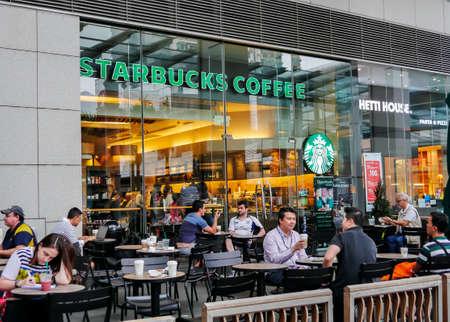 Hongkong, China - 12. Oktober: Starbucks Coffee Café am 12. Oktober 2015 in Hongkong. Starbucks ist die größte Kaffeehaus-Unternehmen der Welt, An American globalen Kaffee Unternehmen.