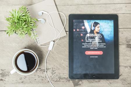 CHIANG MAI, THAILAND - 1 월 30,2016 : iPad 음악에 게재되는 Apple 음악 앱의 스크린 샷은 iPad에 도착한 새로운 iTunes 기반 음악 스트리밍 서비스입니다. 에디토리얼