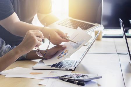 Teamwerkconcept, teamvergadering, Bedrijfsmensen die laptop met behulp van op kantoor, commerciële bemanning die met nieuwe startprojectlaptop werken. Project managers vergadering. Analyseer plans.selective focus, vintage kleur