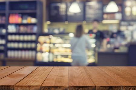 空の茶色の木製のテーブルといくつかの人々 の会議とコーヒー ショップ インテリアぼかしの背景ボケ画像と製品表示モンタージュ、モンタージュ