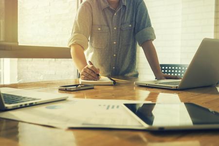 La puesta en marcha de negocios Determinar ideas por escrito de Trabajo, la puesta en marcha de negocios Gente de la reunión de Ideas Diseño, puesta en marcha de negocios que trabajan documento, ordenador portátil, la puesta en marcha de negocios, el color de la vendimia, foco selectivo