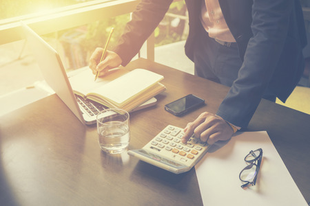 측면보기 심각한 찾고 컨설턴트, 변호사 개념, 아침의 빛, 빈티지 색상, 선택적 포커스 동안 그의 사무실에서 노트북과 그의 책상에 사무실에서 근무하