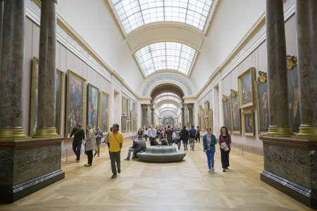 パリ、フランス - 2016 年 3 月 11 日: (内) ルーヴル美術館を歩いている人々 が訪れています。ルーヴル美術館は、世界で最大かつ有名な美術館のひと 報道画像