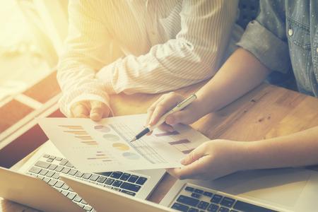 事業計画、チーム作業。彼らのチームワーク、分析事業計画、成功のビジネス、セレクティブ フォーカス、ヴィンテージ色の結果を示すグラフやチ 写真素材