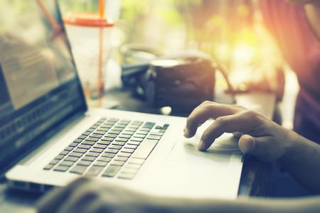 Junge Geschäftsmann Keying auf Laptop-Computer mit leeren Kopie Raum Bildschirm beim Sitzen im Café, Finger auf Trackpad von Computer, erschossen berühren Laptop Trackpad, Vintage Farbe, selektiven Fokus