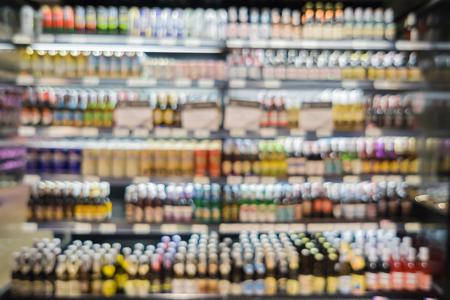 Abstracte achtergrond van mensen winkelen in supermarkt, producten op planken, supermarkt achtergrond wazig achtergrond met bokeh, weergave in supermarkt planken, klant defocus achtergrond, vintage kleur vervagen Stockfoto