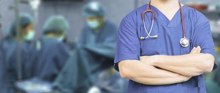 Médico cirujano presenta con los brazos cruzados en un quirófano, sala de cirugía, el médico con sala de operaciones, la salud y el concepto médico, estetoscopio, healtcare, bandera