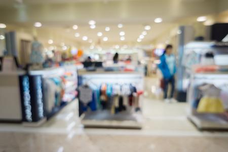 ファッションのショップとショッピング市場靴ショップ抽象 background.vintage 色で人々 の群衆の棚に色とりどりの綿服の抽象的な背景をぼかした写真