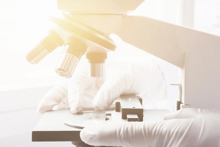 laboratoire médical, mains de scientifique utilisant un microscope pour des échantillons de test de chimie, examinant des échantillons et liquide, matériel médical. microscope, Recherche scientifique et en soins de santé background.vintage couleur