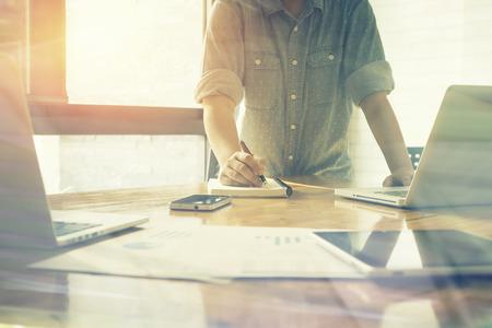 ホーム オフィス、ヴィンテージ色、選択と集中で金融・ ビジネス、ラップトップ コンピューター、ブリーフケースやテーブルの上の携帯電話を集