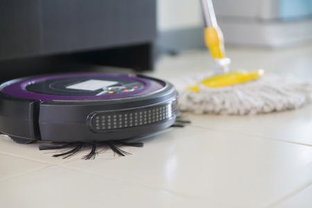積層の床は、選択と集中に床洗浄ロボット対伝統的なモップ