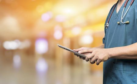 健康をデジタル システム チェック、会議中にデジタル タブレットを使用して麻酔科医が患者背景バナーのサポート医療と医療、男性医師や医学生