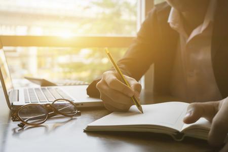 hombre escribiendo: escritura, Empresario Firma de contrato, el hombre de papel de escribir en el escritorio con la pluma y la lectura de libros, firmar el formulario de Contrato de llenado acuerdo formulario de petición de divorcio, luz de la mañana, el espacio focus.copy selectiva Foto de archivo