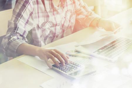 finance, accounting, Zakenman analyseren investering grafieken met rekenmachine laptop berekenen technologie in het kantoor, het bedrijfsleven, de boekhouding, de investeringen, het analyseren van gegevens concept, selectieve aandacht, vintage kleur