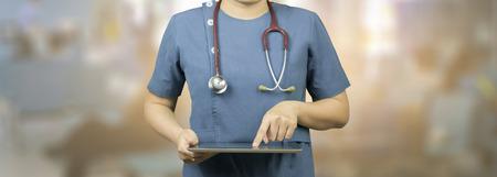 estudiantes medicina: Médica y sanitaria, doctor masculino o estudiantes de medicina o cirujano, anestesiólogos que usa la tableta digital durante la conferencia, de Salud, con el apoyo del sistema digital para el paciente, bandera blanco
