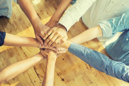 팀웍 개념, 비즈니스 팀 서있는 함께 손을 협력 성공을 위해 손을 가입 다락방 office.people 비즈니스, 승리 모든 것, 빈티지 색상