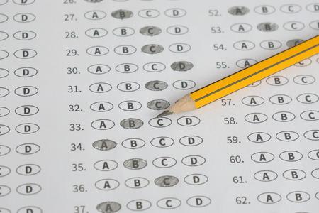 Ein Bleistift auf einem Test Blase Blatt, optische Form einer Prüfung, Antwortbogen mit Bleistift, Standardisierte Testform mit Antworten sprudelte und einem schwarzen Stift sitzt