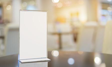 Maquette cadre Menu Table Bar café restaurant, stand pour les livrets avec des feuilles blanches de la table acrylique papier carte tente sur mockup table en bois sur café tères fond flou
