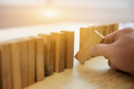 Man mano scegliere uno dei blocchi di legno da molti blocchi in legno. concetto di business di scegliere la scelta giusta tra gli altri, pianificazione, rischio e strategia, uomo d'affari gioco d'azzardo, messa a fuoco selettiva, colore vintage Archivio Fotografico - 66428003