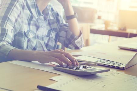 男性会計士や銀行員の計算を行います。貯蓄、財政および経済のコンセプトです。ビジネス チーム作業スタートアップ モダンな Office.Global 戦略グラ