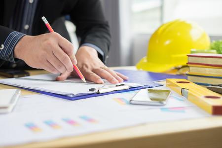 건축가는 건축이 도시의 도면에 연필로 투사에 그리기. 홈 계획, 건축 건설 계획, 책상에 연필 및 통치자, 선택적 포커스, 빈티지 색상