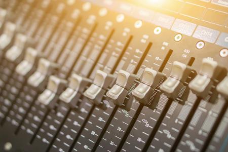 믹싱 콘솔의 슬라이더에 근접 촬영 근접 촬영. 원하는 출력을 얻기 위해 오디오 신호를 수정하는 데 사용됩니다. 녹음 스튜디오, 방송, TV 및 영화 후반  스톡 콘텐츠