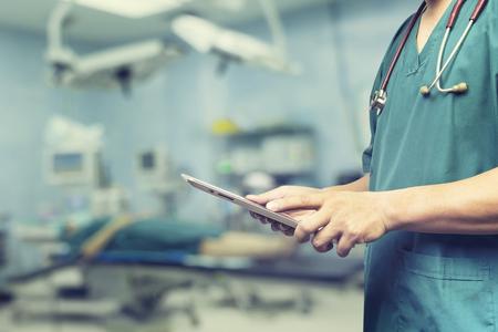男性医師、医学生や患者、テスト結果、患者登録、選択と集中のデジタル システム サポートと健康チェック、会議中にデジタル タブレットやラッ