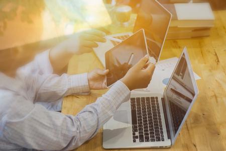 Enseignant et étudiant travaillant sur des tablettes et un ordinateur portable, homme d'affaires faisant une présentation avec ses collègues et un ordinateur numérique tablette au bureau en tant que concept, mise au point sélective, vintage Banque d'images - 70839380