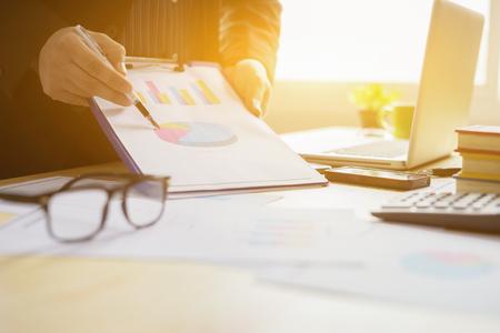 hombre de negocios trabajando con datos de gráfico en la oficina, concepto de informe financiero, informe financiero de estudio de empresario. Concepto de negocios, finanzas, estudios de mercado, análisis y estadísticas, marketing.