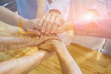 チームワークの概念は、ビジネスのチームに立って手一緒に協力の成功ビジネスのために参加するロフト office.people で、すべてのもの、ヴィンテー