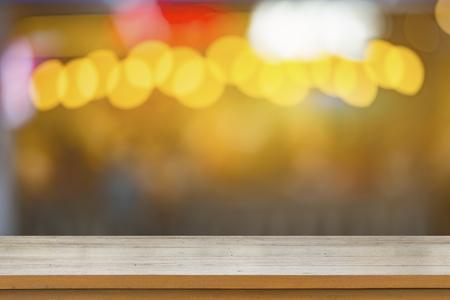 空の茶色の木製のテーブルといくつかのコーヒー ショップ インテリア会議の人々 しボケ画像と背景をぼかし、モンタージュのため使用することが 写真素材
