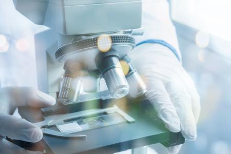 의료 실험실, 과학자 현미경을 사용 하여 화학, 생물학 테스트 샘플, 액체 검사, 닥터 장비, 과학 및 의료 연구 배경. 빈 색 스톡 콘텐츠