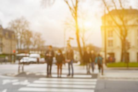 パリ、ヴィンテージ色の街を歩いて抽象的な背景をぼかした写真人モンタージュのため使用することができますまたは製品を表示